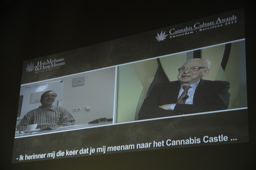 Digitale uitreiking van de Cannabis Culture Award aan Lester Grinspoon door Ben Dronkers (© Gonzo media)