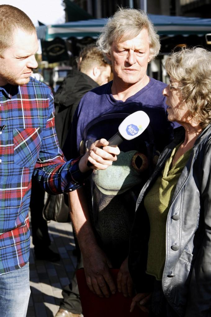 Doede en zijn vrouw worden geïnterviewd door het BNN programma De Social Club (© Gonzo media)