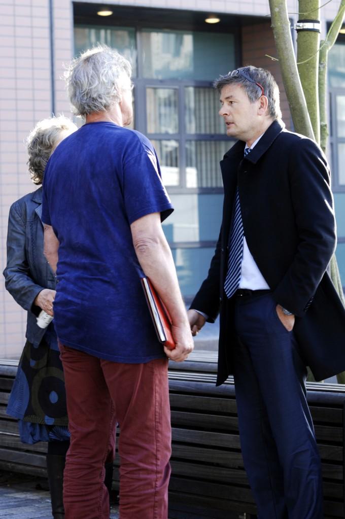Advocaat Tjalling van der Goot in gesprek met Doede en Kicky (© Gonzo media)