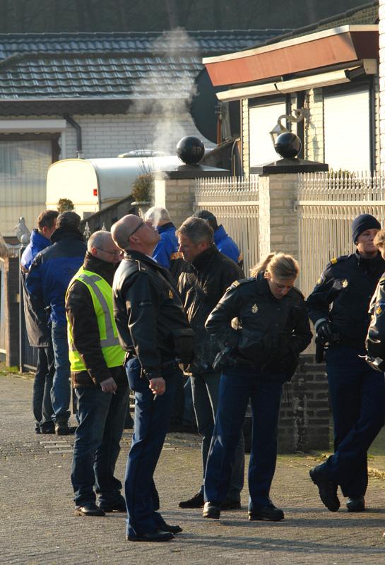 Massale politie-inval bij een woonwagenkamp in Eindhoven, 29 maart 2011. Ruim honderd ambtenaren vonden uiteindelijk nul wietplanten. (© Gonzo media)