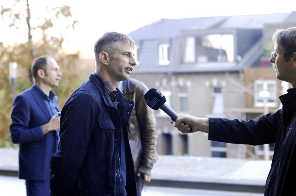 Het Vlaamse Journaal interviewt Michel Degens voor de rechtbank (© Gonzo media)