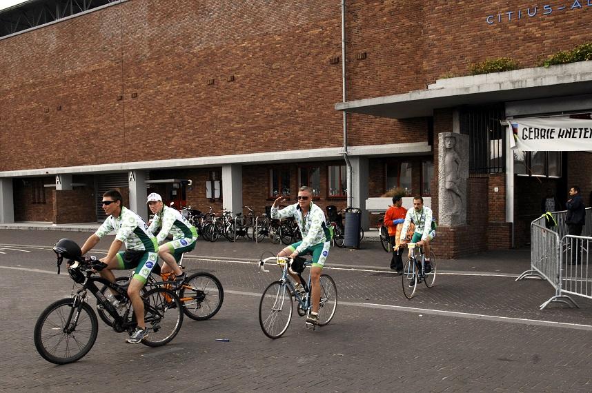 Fiets ook mee voor regulering en check www.tourdeachterdeur.nl (© Gonzo media)
