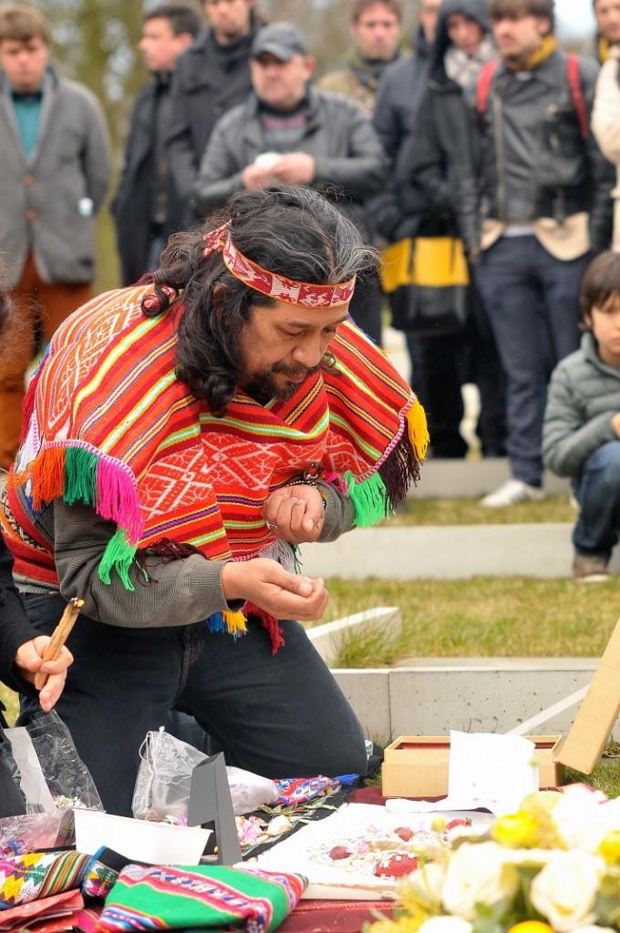 Met grote zorg stelt de sjamaan een pakket samen om Joep mee te geven op zijn laatste reis