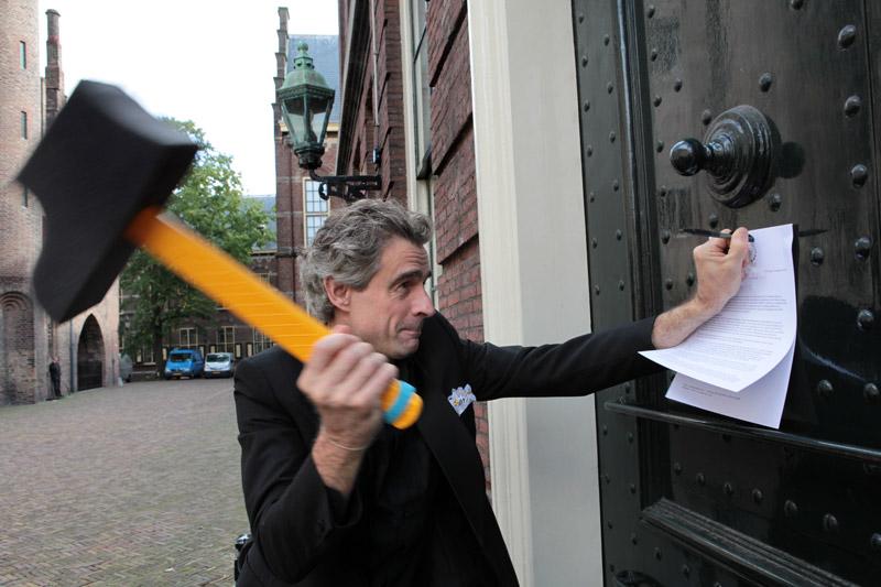 Actie Hamer bij de achterdeur van de Tweede Kamer, september 2010 (Foto: Jurriaan Brobbel)