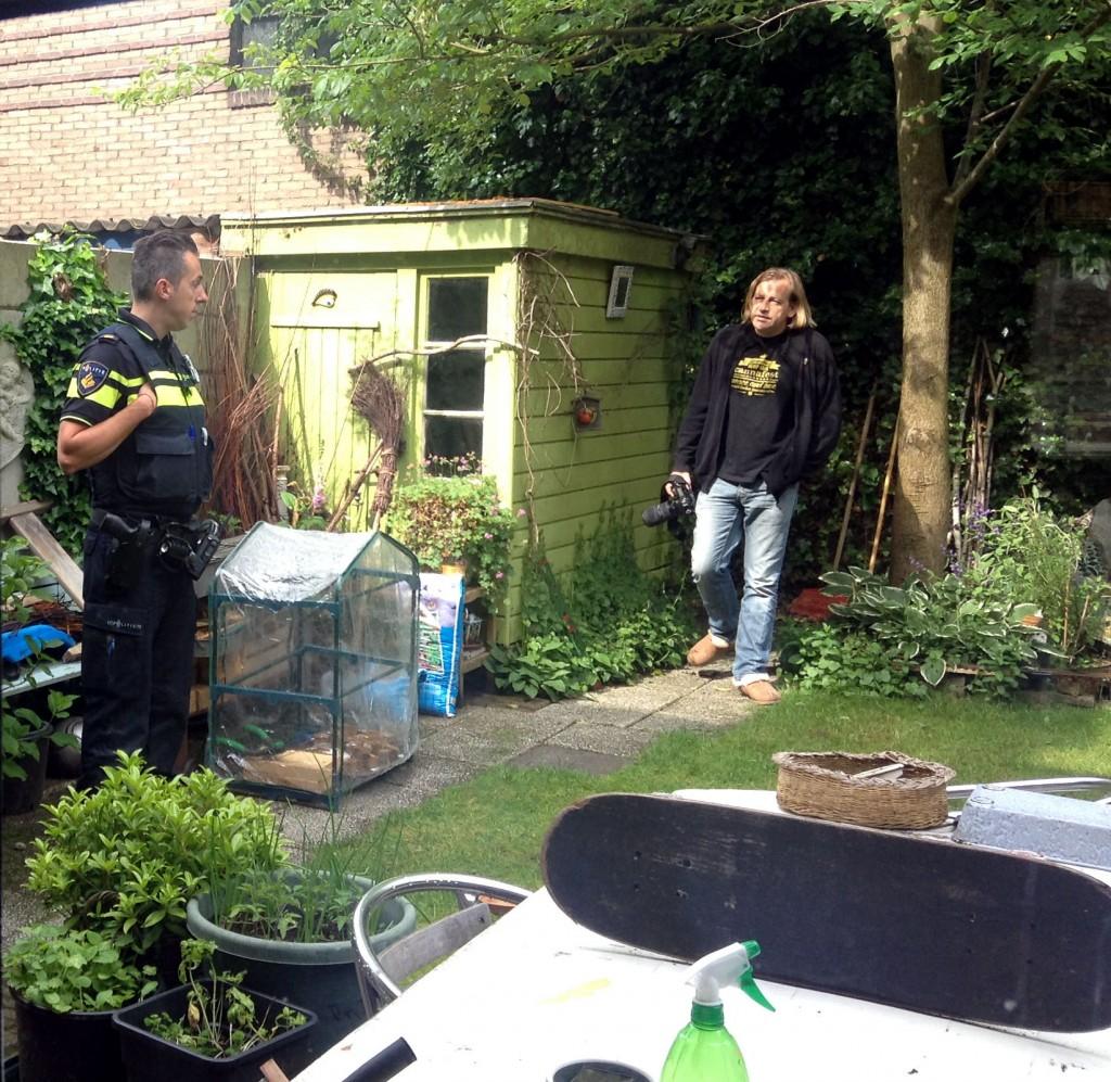VOC secretaris en woordvoerder Derrick Bergman probeert de agenten tot rede te brengen