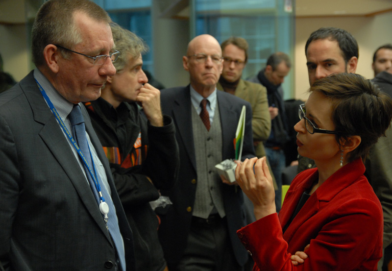 Dennis de Jong talking to Dana Spinant, head of the EU anti-drug policy coordination unit, after the hearing (© Gonzo media)