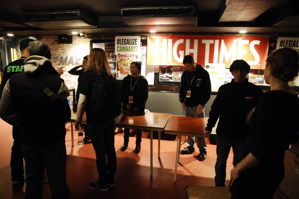 High Times crew ontruimt stand in De Melkweg (© Gonzo media)