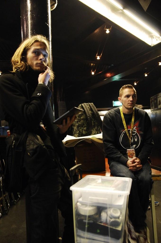 VOC'ers Mauro en Robin wachten op nieuws in De Melkweg (© Gonzo media)
