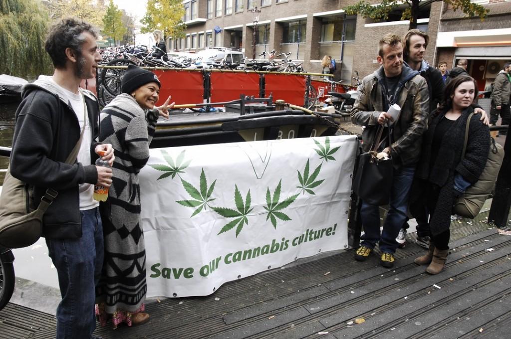 Save Our Cannabis Culture: Cup deelnemers poseren bij de VOC banner op de brug bij De Melkweg (© Gonzo media)