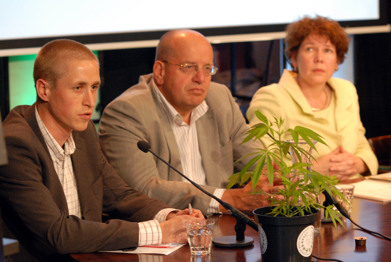 Michiel van Nispen (links), Cannabis Tribunaal 2010, rechts Fred Teeven en Cisca Joldersma (© Gonzo media)