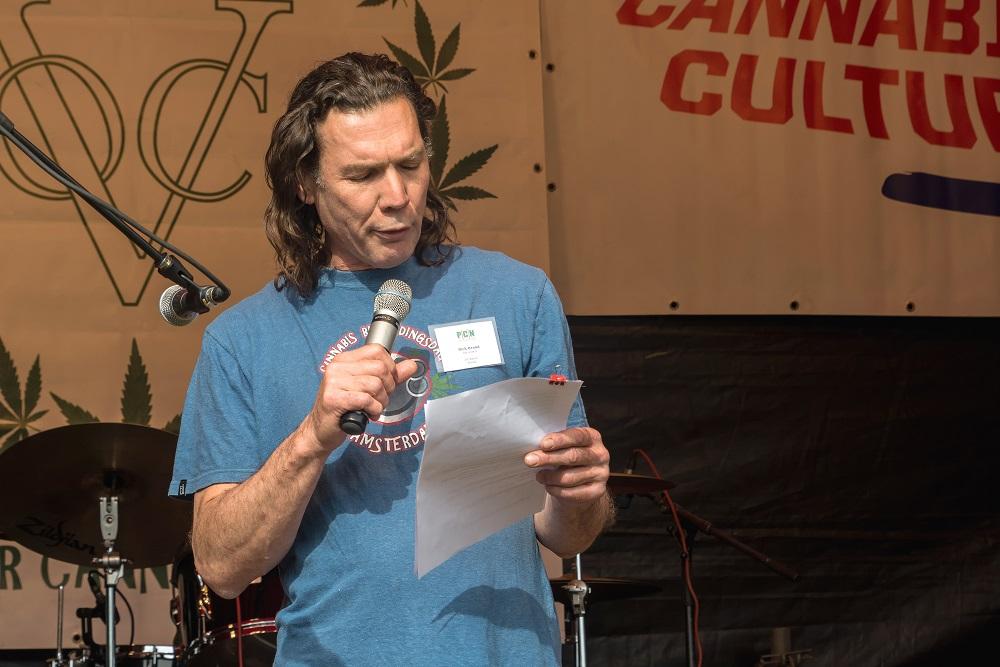 Rick Brand, coffeeshopondernemer en PCN bestuurslid, leest het juryrapport van de Koos Zwart Award 2016 (© Bob Rootsman)