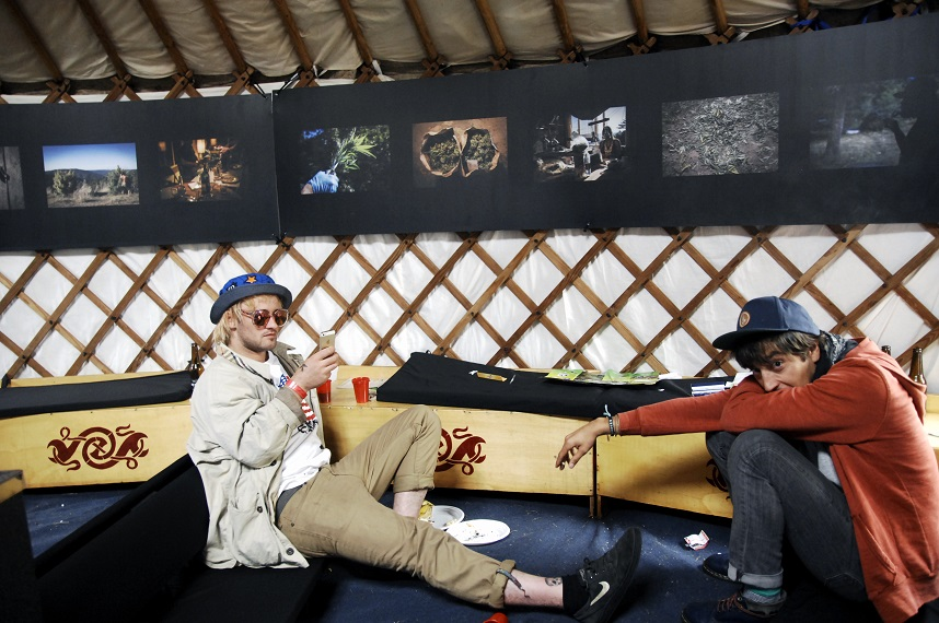 Will Rendle van Will and the People in de VIP tent, de tentoongestelde foto's zijn van Steef Fleur (© Gonzo Media)